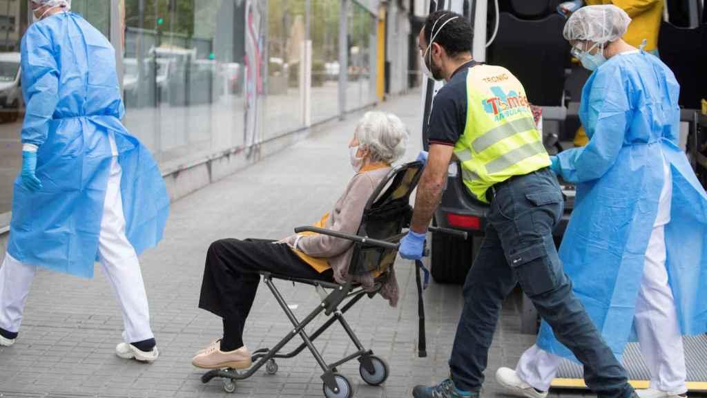 Traslado de una anciana a un centro ambulatorio.