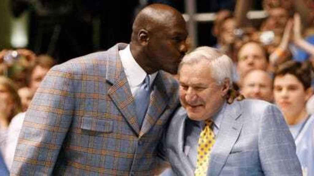 Michael Jordan junto a Dean Smith, el entrenador con el que consiguió el título de la NCAA
