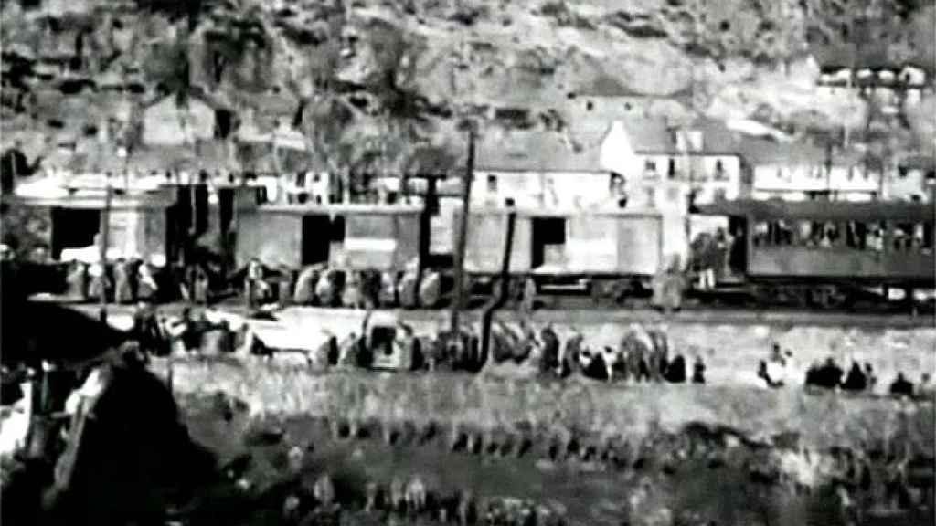 Los militares cargando cadáveres en Torre del Bierzo.