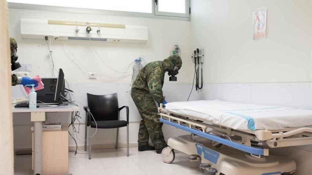 Efectivos de la Unidad Básica de Descontaminación del Ejercito desinfectando uno de los hospitales de Baleares.