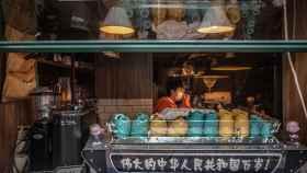 Un hombre trabajando en una cafetería en Wuhan.