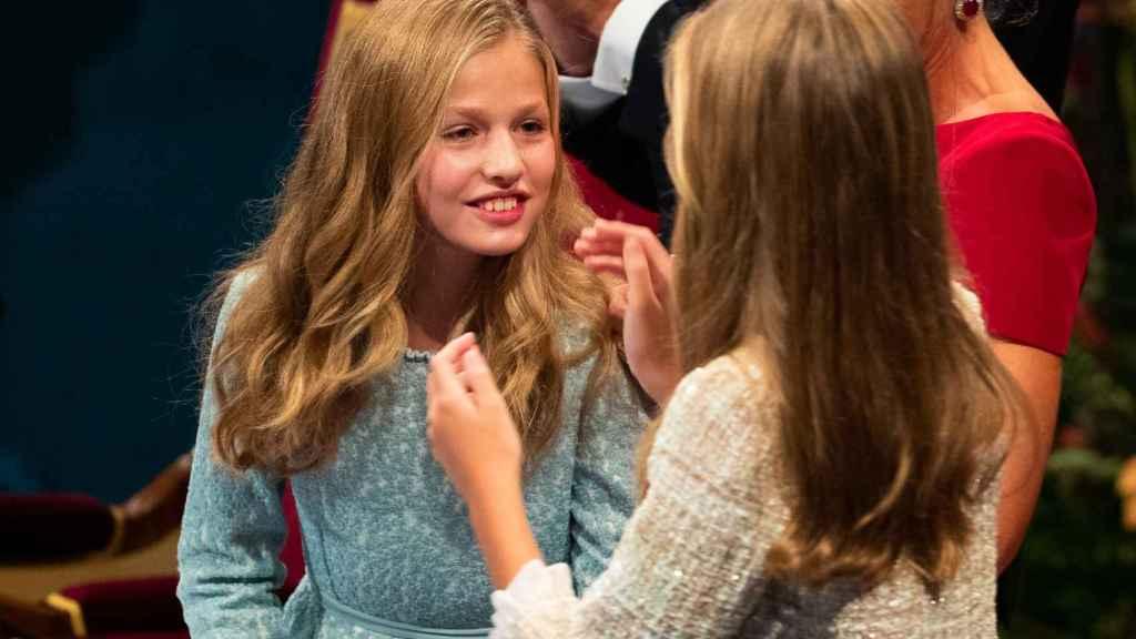 Sofía abrazó a su hermana, Leonor, tras su lectura en los Premios Princesa de Asturias.