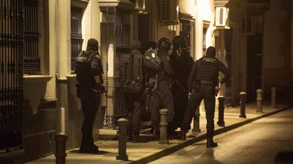 Instante en el que un grupo de guardias civiles irrumpe en un inmueble de Lebrija (Sevilla).