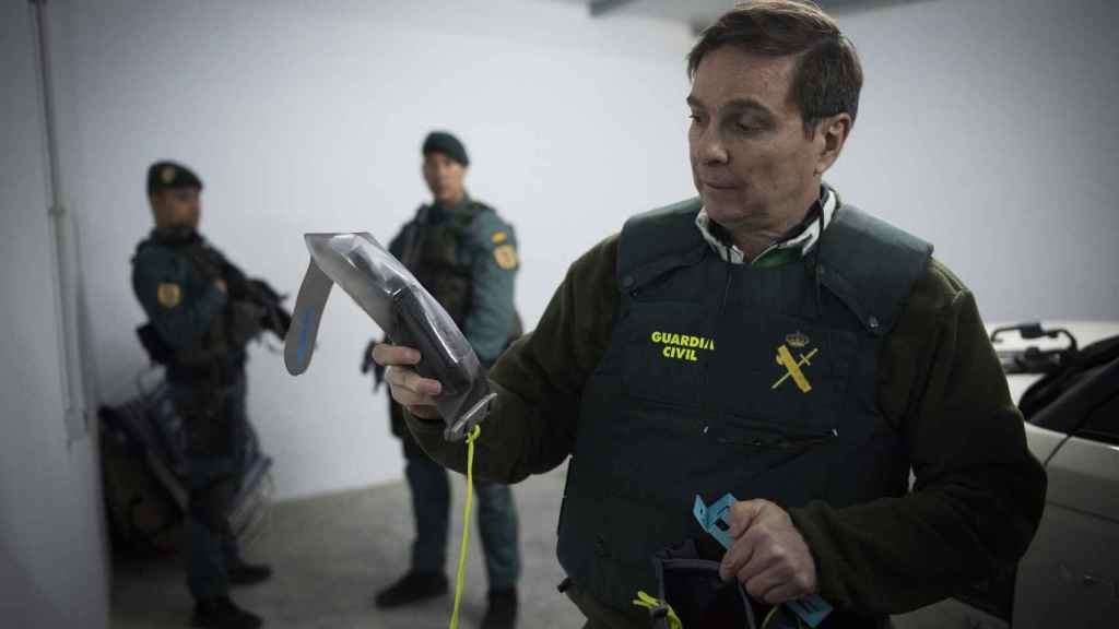 Un agente de la Guardia Civil muestra un GPS intervenido.