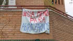 Pancarta de ánimo colgada en una terraza durante estos días.