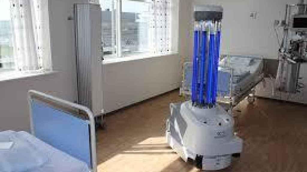 Una lampara de luz ultravioleta para desinfectar una habitación de hospital.