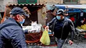 Voluntarios reparten alimentos en Nápoles (Italia).