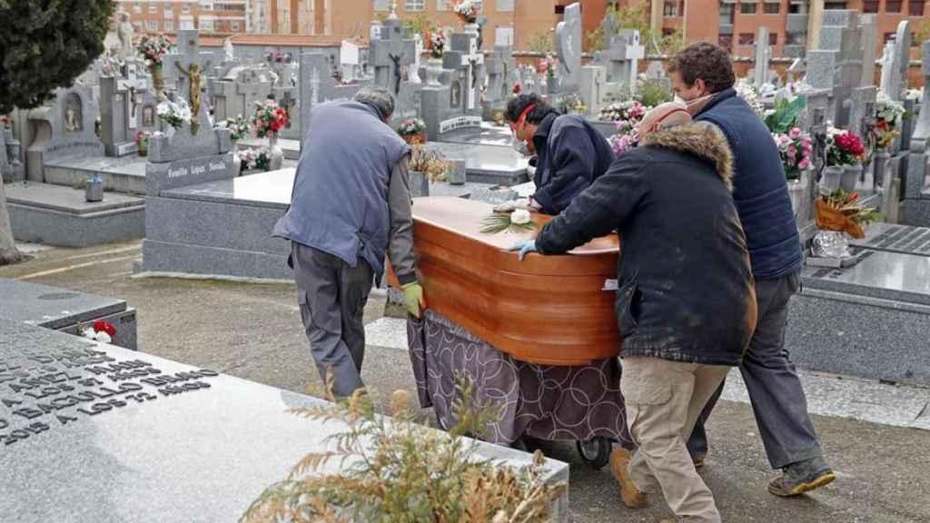 Entierro de una víctima del covid-19 el Cementerio Parroquial Nuestra Señora La Antigua,  en el madrileño distrito de Vicálvaro.
