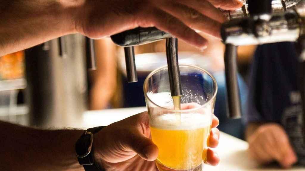 Un camarero tirando una cerveza en un bar.