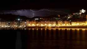 Tormenta sobre San Sebastián. EFE/Javier Etxezarreta
