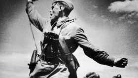 Oficial soviético llevando a sus soldados a la batalla contra el ejército alemán (12 de julio de 1942).