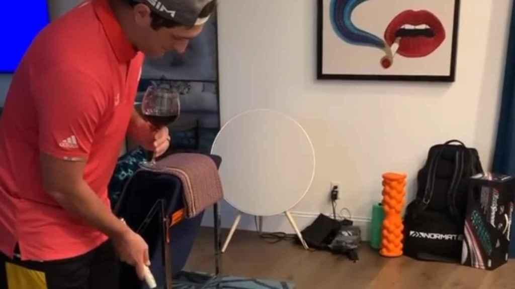 Jon Rahm, con una copa de vino