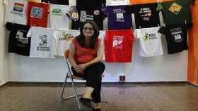 Mónica Oltra posando con algunas de sus camisetas reivindicativas, en una imagen de archivo.
