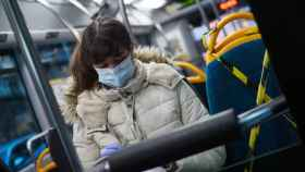Imagen de una mujer en un autobús.