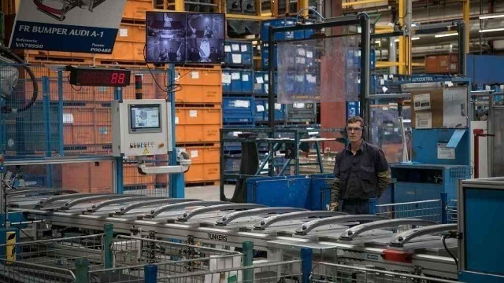 Un trabajador en una fábrica de componentes.