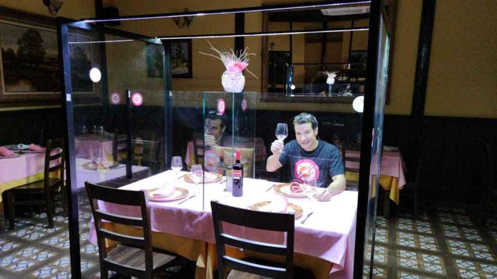 Una persona, en un bar de Leganés dentro de una mampara, la idea para proteger a los clientes del Covid-19.