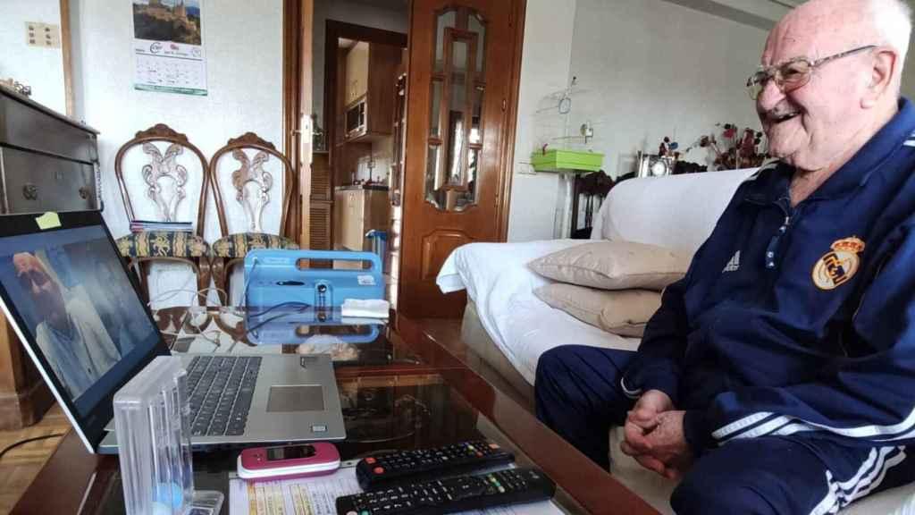 Un anciano habla a través de la aplicación ConectYayos.