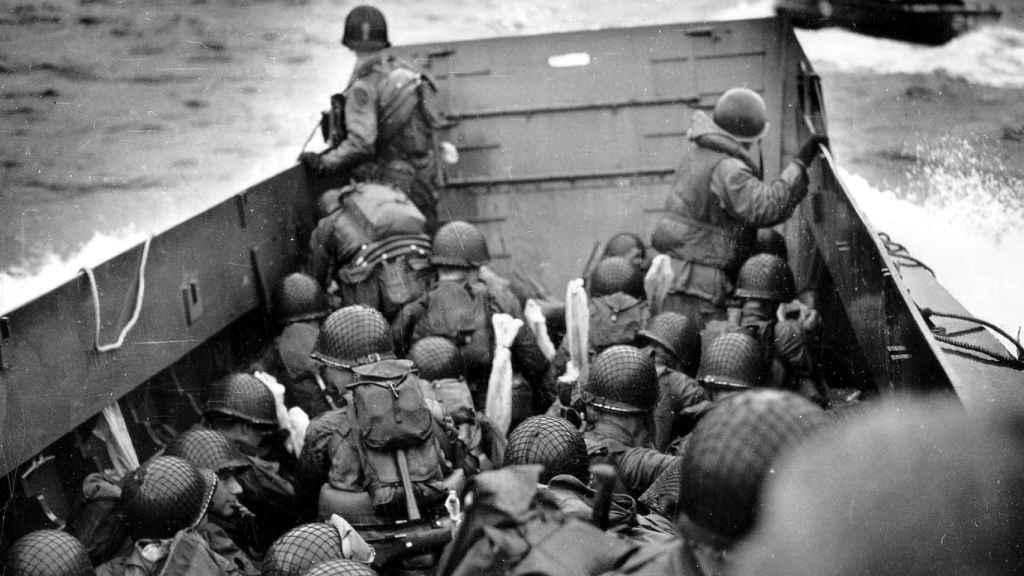 Soldados estadounidenses a bordo de una lancha de desembarco mientras se aproximan a la playa Omaha.