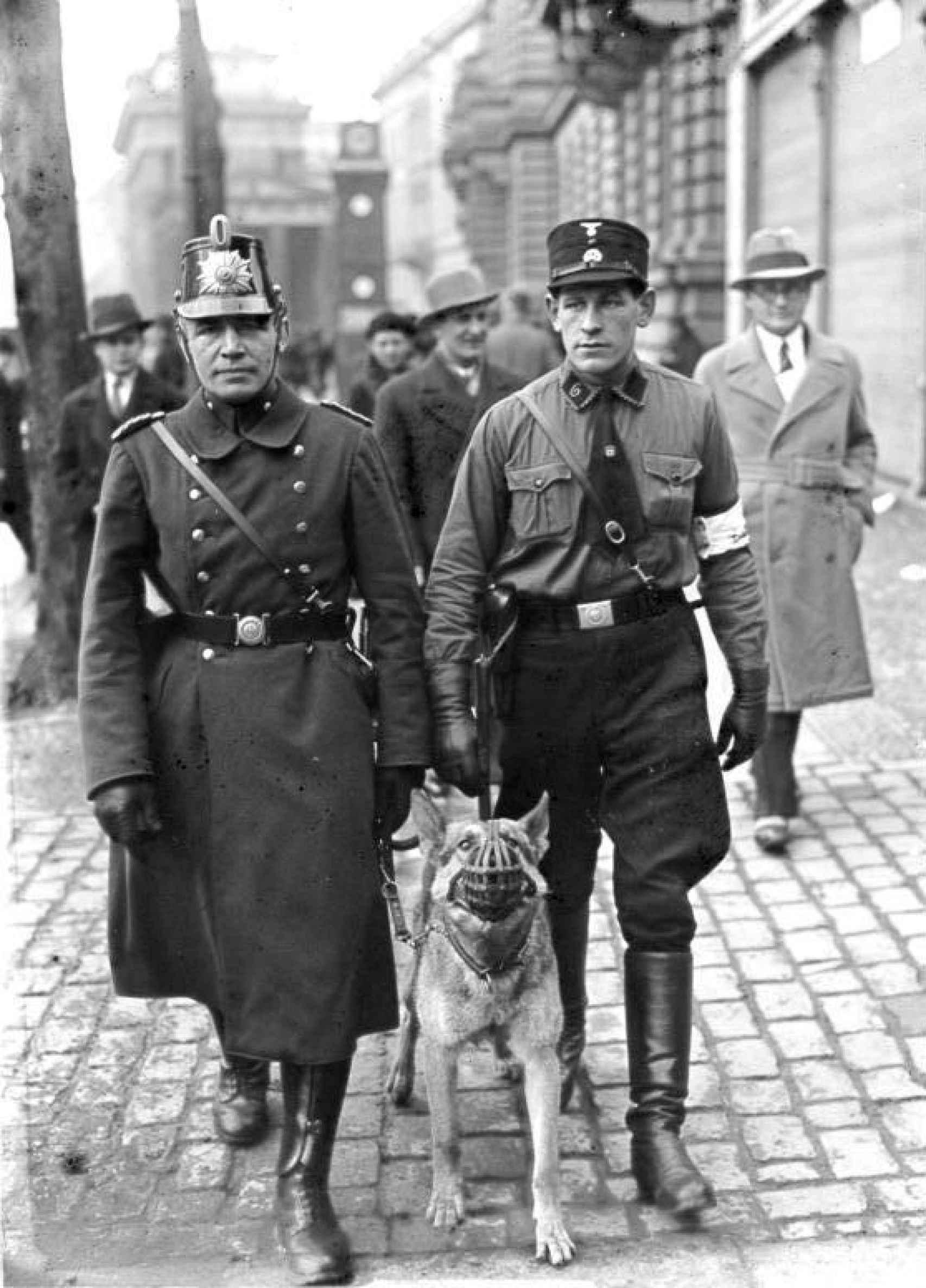 Una patrulla compuesta por un policía y un miembro de las SA, de patrulla durante las elecciones.