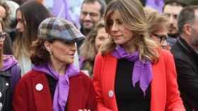 Carmen Calvo y la esposa del presidente del Gobierno, en la manifestación del 8M./
