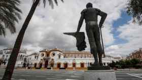 Plaza de toros de la Real Maestranza de Sevilla desde la escultura del diestro Pepe Luis Vázquez.