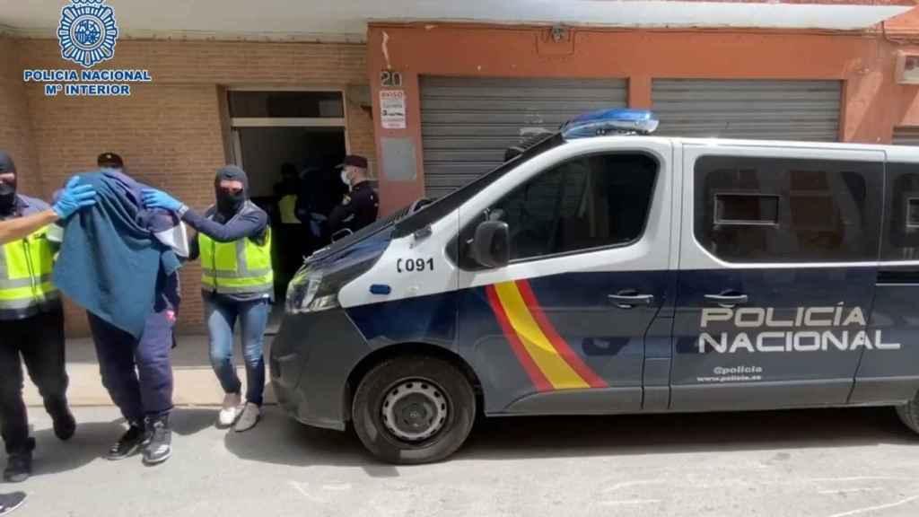 Miembros de la Policía Nacional detienen este martes en Almería a uno de los Foreign Terrorist Fighters de Daesh más buscados de Europa.