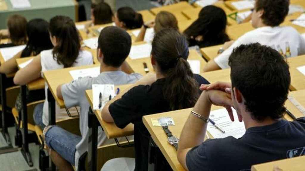 Estudiantes realizando la prueba de la selectividad.