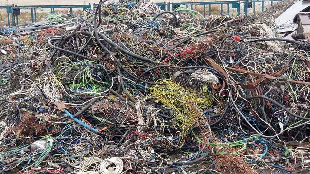 Una montaña de residuos de cables plásticos