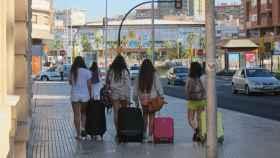 Turistas con maletas en una estación de Málaga.