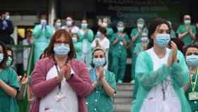Sanitarios se suman al aplauso de las ocho de la tarde en el 12 de Octubre de Madrid.