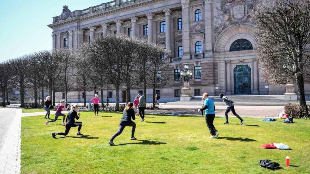 Un grupo de personas hace ejercicio en un parque de Estocolmo.