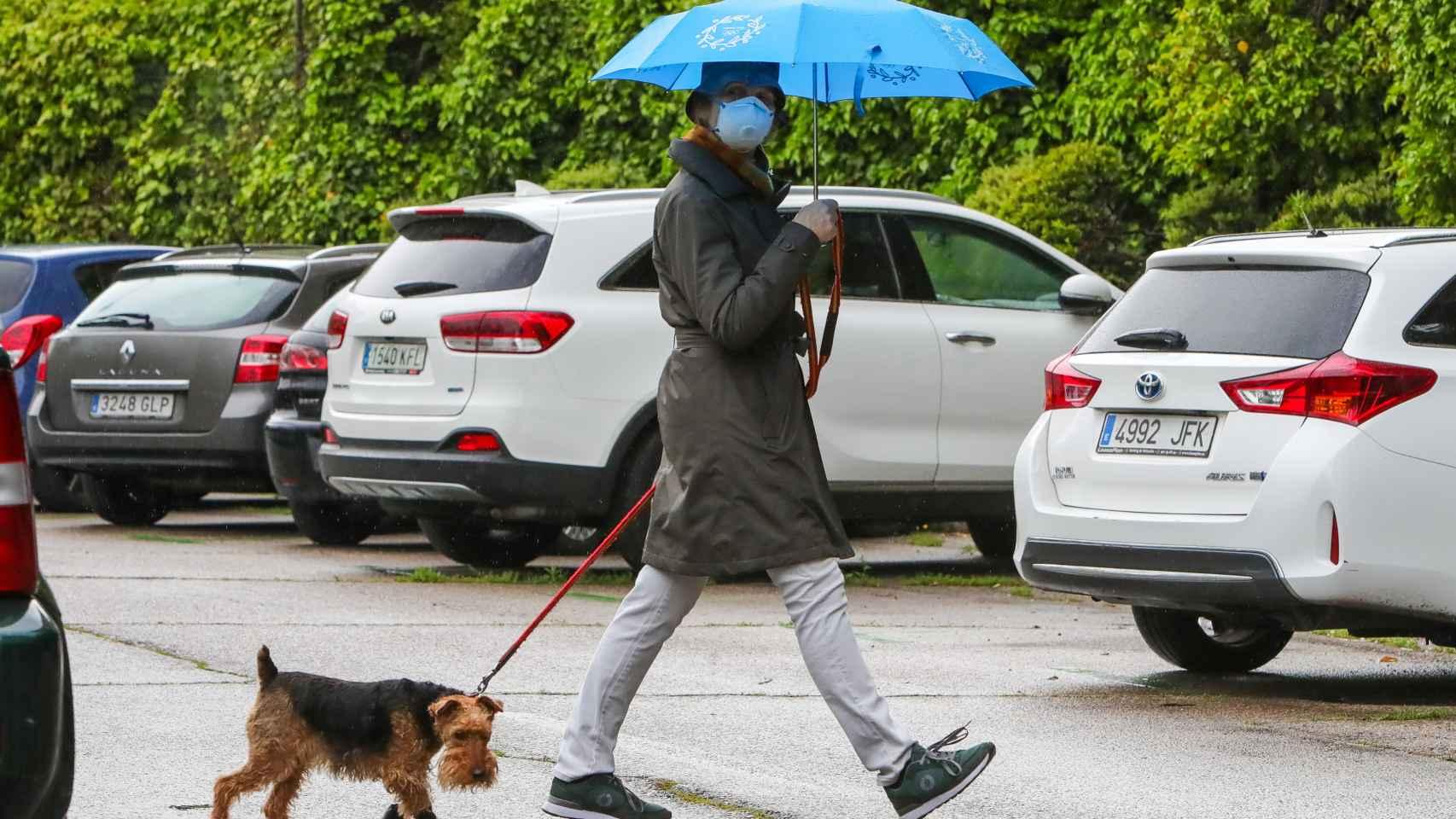 La infanta Elena en uno de sus paseos para bajar al perro durante el confinamiento.