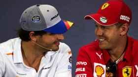 Carlos Sainz y Sebastian Vettel, durante una rueda de prensa