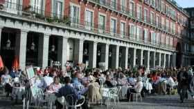 Turistas y madrileños en una terraza de la Plaza Mayor.