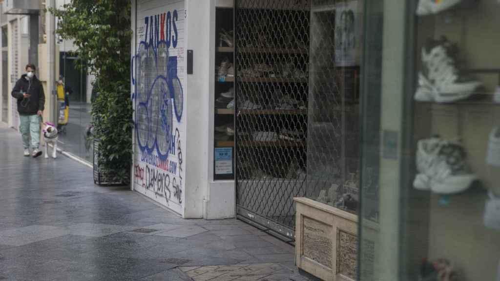 Calles comerciales del centro de Sevilla con las tiendas cerradas por el estado de alarma.