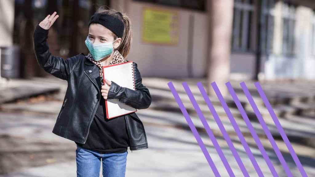 Una niña con una mascarilla en la calle.