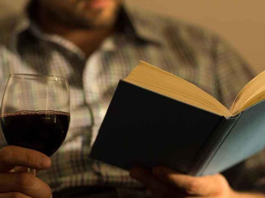 Hoy, más que nunca, bebe vino y lee un libro.