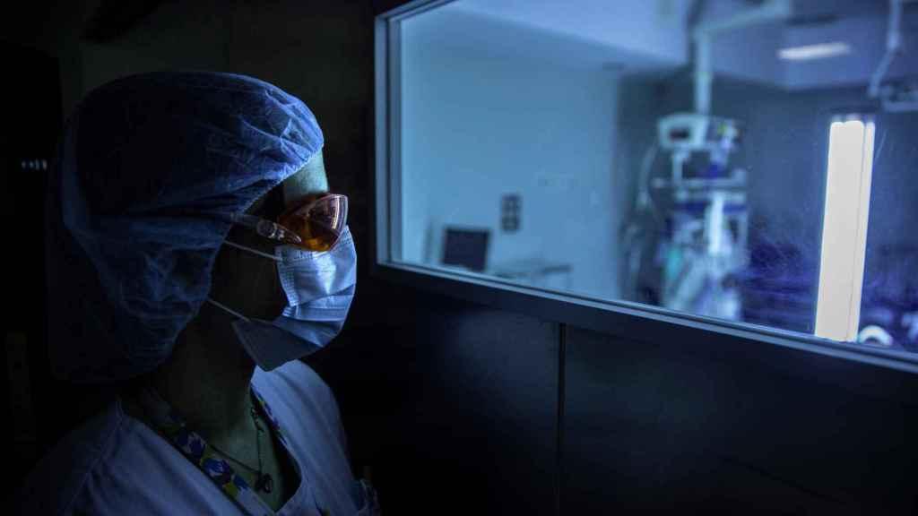 Una profesional sanitaria en el Hospital Universitario de Fuenlabrada.