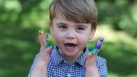 El príncipe Louis de Inglaterra en una de las fotografías con motivo de su segundo cumpleaños.