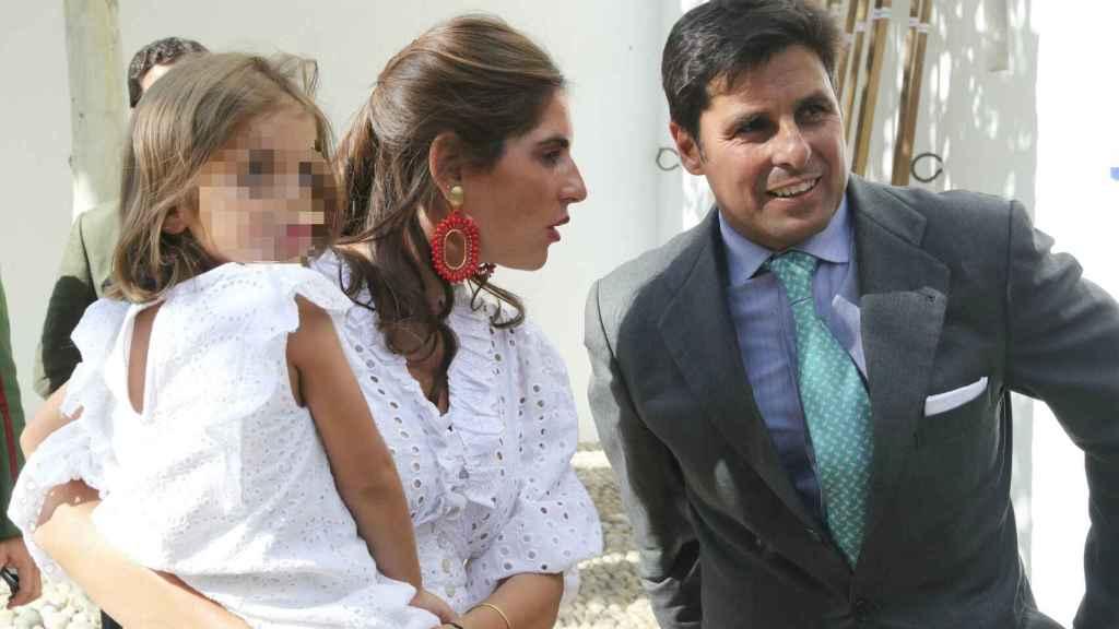 Lourdes Montes y Fran Rivera con su hija mayor en común, Carmen.