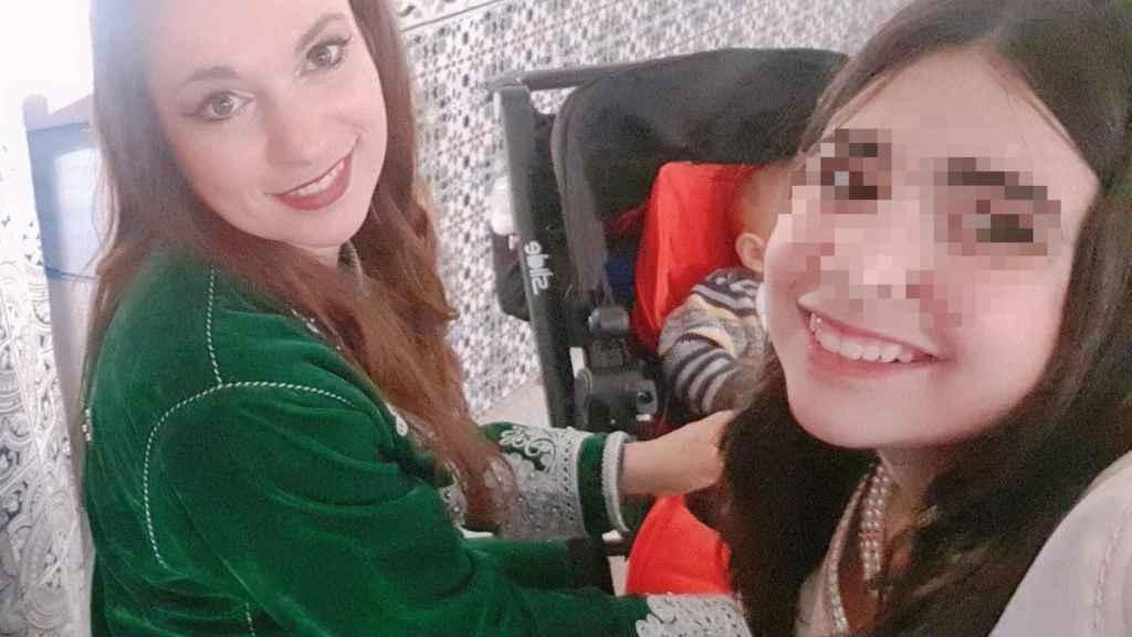 Cristina, posando sonriente junto a su hija mayor, Lydia, de 14 años.