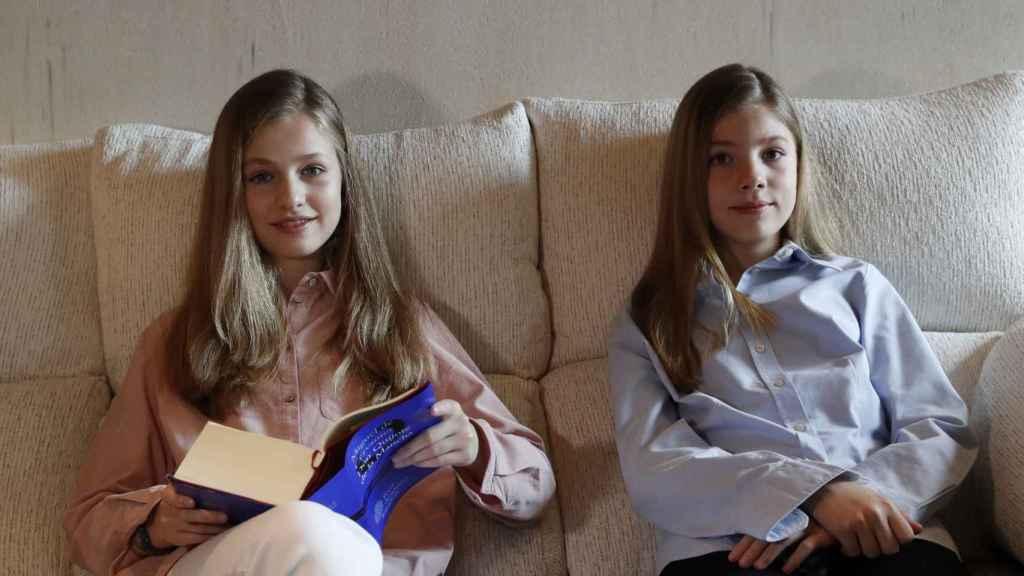 Las infantas Leonor y Sofía leyendo 'El Quijote'.