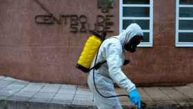 Un voluntario contra incendios forestales desinfecta un centro de salud de Ourense