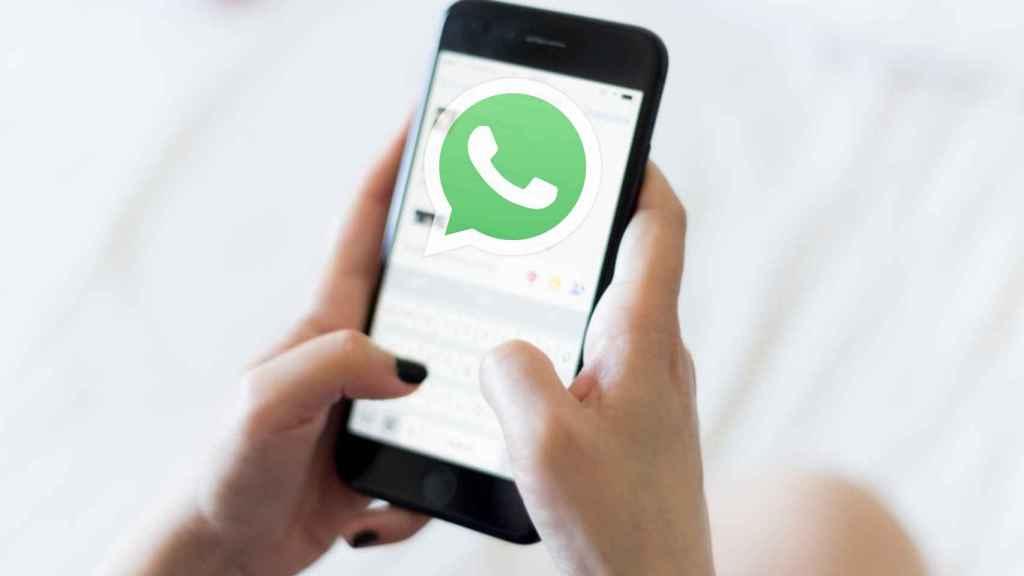 Logo de WhatsApp en un teléfono.