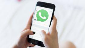Logo de WhatsApp en un smartphone.