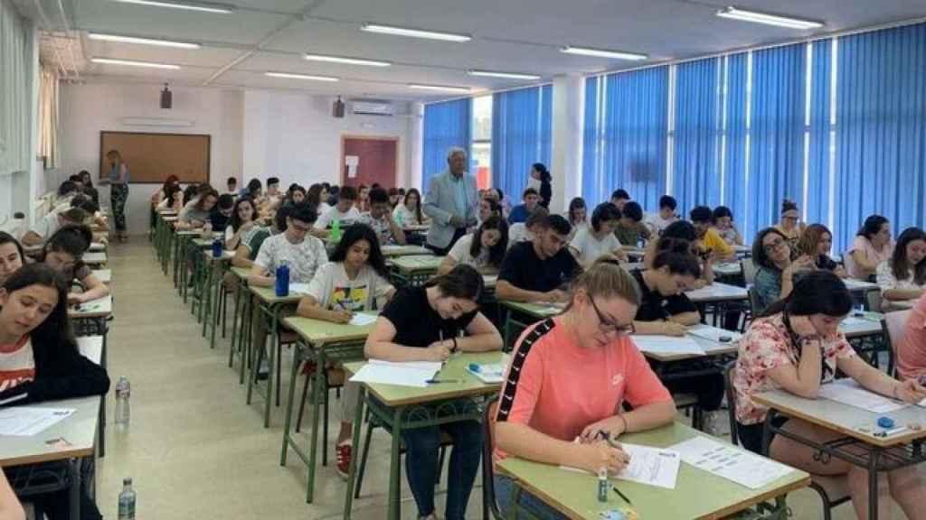 Alumnos extremeños realizando la EBAU.