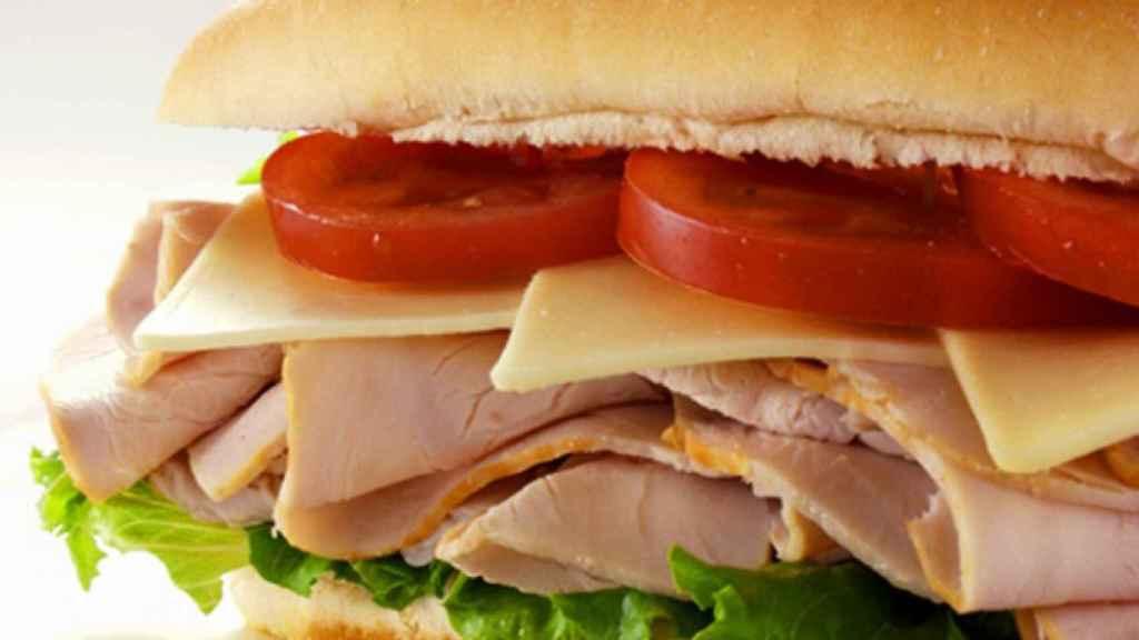 El riesgo de la carne ultraprocesada se atenúa al combina con verduras y vegetales.