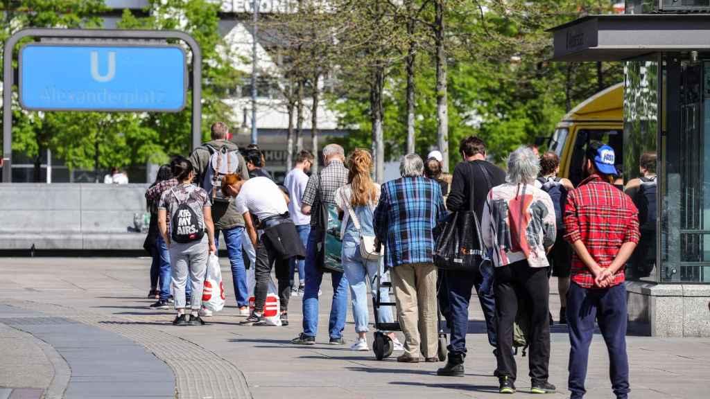 Varias personas hacen cola en Berlín.