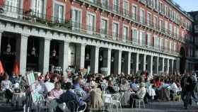 Turistas y madrileños en una terraza de la Plaza Mayor antes de la crisis sanitaria.