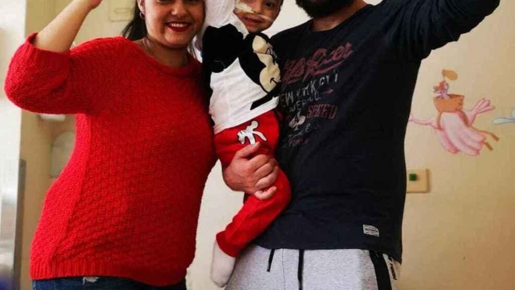Victor y Amparo celebran con su hijo el éxito de su operación.
